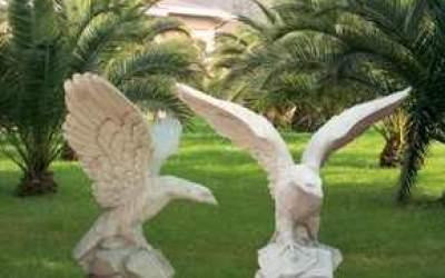 Aquila in cemento bianco con ali aperte, TA06