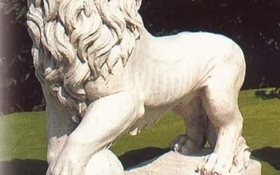 Leone in cemento bianco con palla, An03D