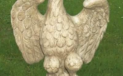 Aquila in cemento bianco con ali aperte, TA05S