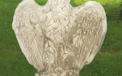 Aquila da giardino in cemento bianco, TA04D
